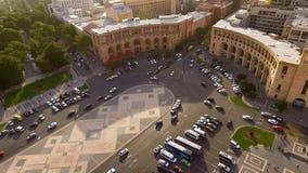 Los automóviles que conducen en la república ajustan en Ereván, vista aérea de la calle principal foto de archivo