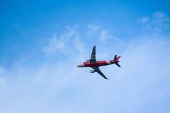 los aviones arrojan en el cielo azul Imágenes de archivo libres de regalías