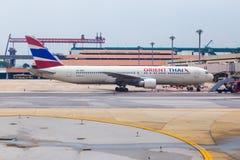 Los aviones comerciales del aire de Oriente esperan a pasajeros en el termi foto de archivo libre de regalías