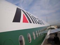 Los aviones de Alitalia se cierran para arriba imagen de archivo