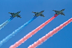 Los aviones de ataque Su-25 vuelan con los rastros del humo Foto de archivo libre de regalías