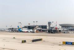 Los aviones de diversas líneas aéreas están cerca del terminal de aterrizaje de Ben Gurion International Airport, cerca de Tel Av fotos de archivo