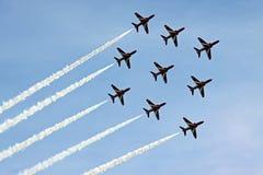 Los aviones de jet rojos de la fuerza aérea de la Royal Air Force de las flechas Foto de archivo libre de regalías