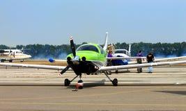 Los aviones de los deportes en el aeropuerto Fotos de archivo