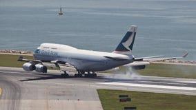 Los aviones de pasajero de Cathy Pacific aterrizan foto de archivo