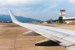 Los aviones del ala en despegue que espera del aeropuerto para Foto de archivo libre de regalías