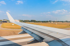 Los aviones del ala en despegue que espera del aeropuerto para Foto de archivo