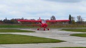 los aviones del Luz-deporte acaban de aterrizar, yendo en pista, entretenimiento activo, airshow metrajes