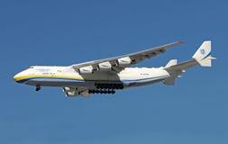 Los aviones más grandes An-225 del mundo que visitan Miami Imagenes de archivo