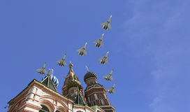 Los aviones militares rusos vuelan en la formación sobre la catedral durante el desfile de Victory Day, Rusia de la albahaca de M Imagenes de archivo