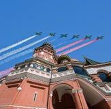 Los aviones militares rusos vuelan en la formación sobre la catedral durante el desfile de Victory Day, Rusia de la albahaca de M Imagen de archivo libre de regalías