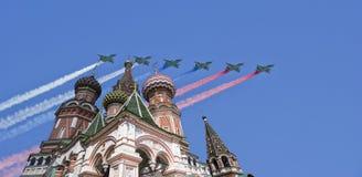 Los aviones militares rusos vuelan en la formación sobre la catedral durante el desfile de Victory Day, Rusia de la albahaca de M Foto de archivo