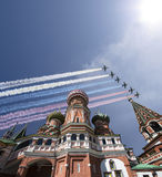 Los aviones militares rusos vuelan en la formación sobre la catedral durante el desfile de Victory Day, Rusia de la albahaca de M Fotos de archivo