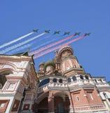 Los aviones militares rusos vuelan en la formación sobre la catedral durante el desfile de Victory Day, Rusia de la albahaca de M Imágenes de archivo libres de regalías