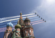 Los aviones militares rusos vuelan en la formación sobre la catedral durante el desfile de Victory Day, Rusia de la albahaca de M Fotografía de archivo
