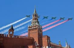 Los aviones militares rusos vuelan en la formación sobre la torre de MoscowSpassky de Moscú el Kremlin durante el desfile de Vict Fotografía de archivo libre de regalías