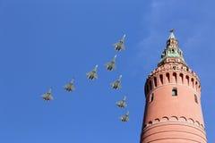 Los aviones militares rusos vuelan en la formación sobre Moscú durante el desfile de Victory Day, Rusia Imagenes de archivo