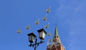 Los aviones militares rusos vuelan en la formación sobre Moscú durante el desfile de Victory Day, Rusia Imágenes de archivo libres de regalías