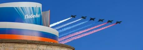 Los aviones militares rusos vuelan en la formación sobre Plaza Roja Foto de archivo