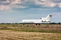 Los aviones que llevan en taxi en la pista de rodaje principal Imágenes de archivo libres de regalías