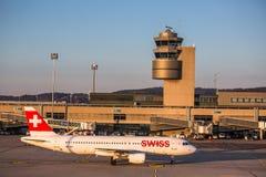 Los aviones que se preparan para sacan en el aeropuerto internacional de Zurich fotos de archivo libres de regalías