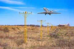 Los aviones se preparan al aterrizaje, volando fotos de archivo