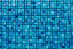 Los azulejos azules en piscina basan en filas Fotos de archivo libres de regalías