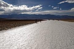 Los Badlands ajardinan con los turistas, Death Valley, California fotografía de archivo libre de regalías
