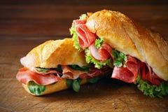 Baguettes recientemente cocidos con el jamón y el salami imágenes de archivo libres de regalías