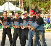 Los bailarines aborígenes de Taiwán realizan una danza de la boda Fotografía de archivo libre de regalías