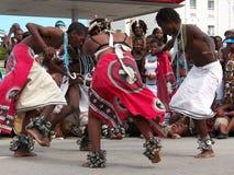 Los bailarines africanos se realizan para las muchedumbres en Ironman Foto de archivo libre de regalías