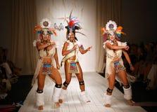 Los bailarines brasileños que abren la pista muestran para el traje de baño de Luli Fama Fotografía de archivo