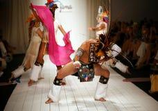 Los bailarines brasileños que abren la pista muestran para el traje de baño de Luli Fama Fotos de archivo