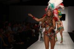 Los bailarines brasileños se realizan en la pista durante el desfile de moda de CA-RIO-CA Foto de archivo libre de regalías