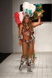 Los bailarines brasileños se realizan en la pista durante el desfile de moda de CA-RIO-CA Imagen de archivo
