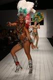 Los bailarines brasileños se realizan en la pista durante el desfile de moda de CA-RIO-CA Imagen de archivo libre de regalías