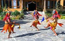 Los bailarines butaneses con la máscara colorida realizan danza tradicional en el hotel en Paro, Bhután fotos de archivo