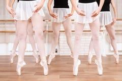 Los bailarines de ballet de las muchachas ensayan en clase del ballet Imagen de archivo libre de regalías