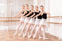 Los bailarines de ballet de las muchachas ensayan en clase del ballet Foto de archivo
