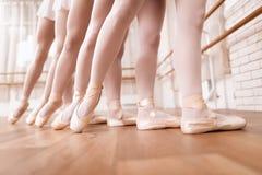 Los bailarines de ballet de las muchachas ensayan en clase del ballet Fotos de archivo libres de regalías
