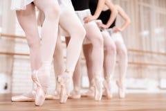 Los bailarines de ballet de las muchachas ensayan en clase del ballet Fotos de archivo