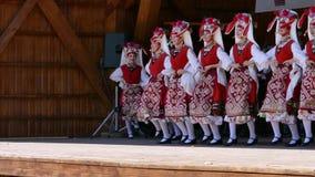 Los bailarines de Bulgaria en traje tradicional se realizan en un festival popular almacen de video