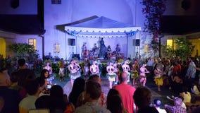 Los bailarines de Hula bailan mientras que los músicos juegan en etapa con el watchin de la muchedumbre Imagen de archivo libre de regalías