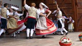 Los bailarines de Italia en traje tradicional, realizan danza popular metrajes