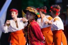 Los bailarines de los niños ucranianos en traje tradicional Foto de archivo