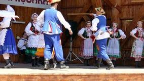Los bailarines de Polonia en traje tradicional se realizan en un festival popular almacen de metraje de vídeo