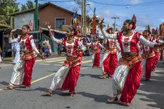 Los bailarines de sexo femenino coloridos se realizan durante el perahera de Hikkaduwa en Sri Lanka Imagen de archivo