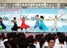 Los bailarines de sexo femenino se realizan en un evento de la aptitud Imagen de archivo
