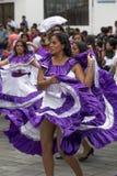 Los bailarines de sexo femenino se vistieron en vestidos coloniales del estilo Fotos de archivo