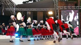 Los bailarines españoles en traje tradicional, realizan danza popular almacen de metraje de vídeo